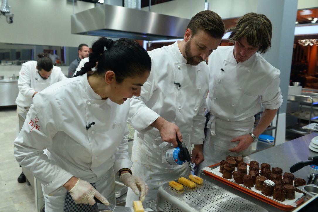 """Stellen sich bei """"Hell's Kitchen"""" einer ganz besonderen Herausforderung: Lady Bitch Ray (l.), Niels Ruf (M.) und Mickie Krause (r.) ... - Bildquelle: Willi Weber SAT.1"""