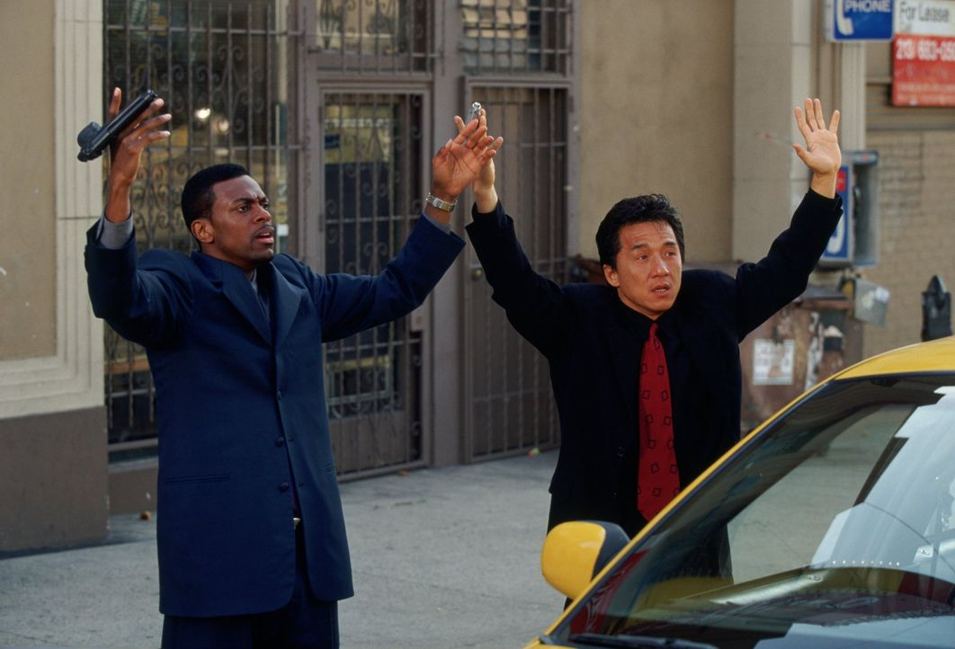 Eigentlich soll James Carter (Chris Tucker, l.) Inspektor Lee (Jackie Chan, r.) von den Ermittlungen des FBIs fernhalten. Doch er verfolgt eigene In... - Bildquelle: Warner Bros.