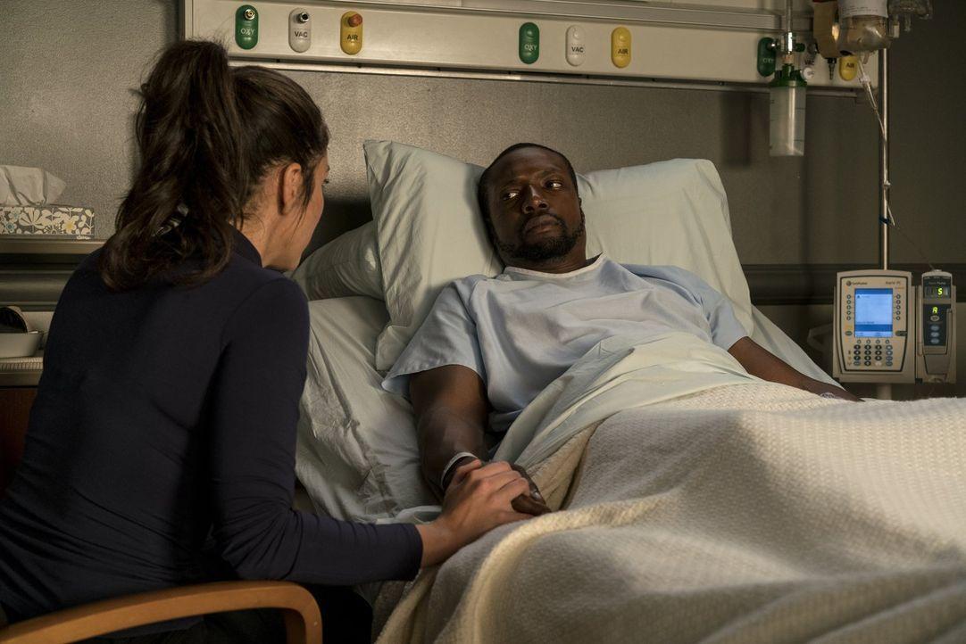 Zapata (Audrey Esparza, l.) ist überglücklich, dass es ihr gelungen ist, Reade (Rob Brown, r.) aus den Fängen des Todes zu befreien. Doch die Freude... - Bildquelle: Warner Brothers