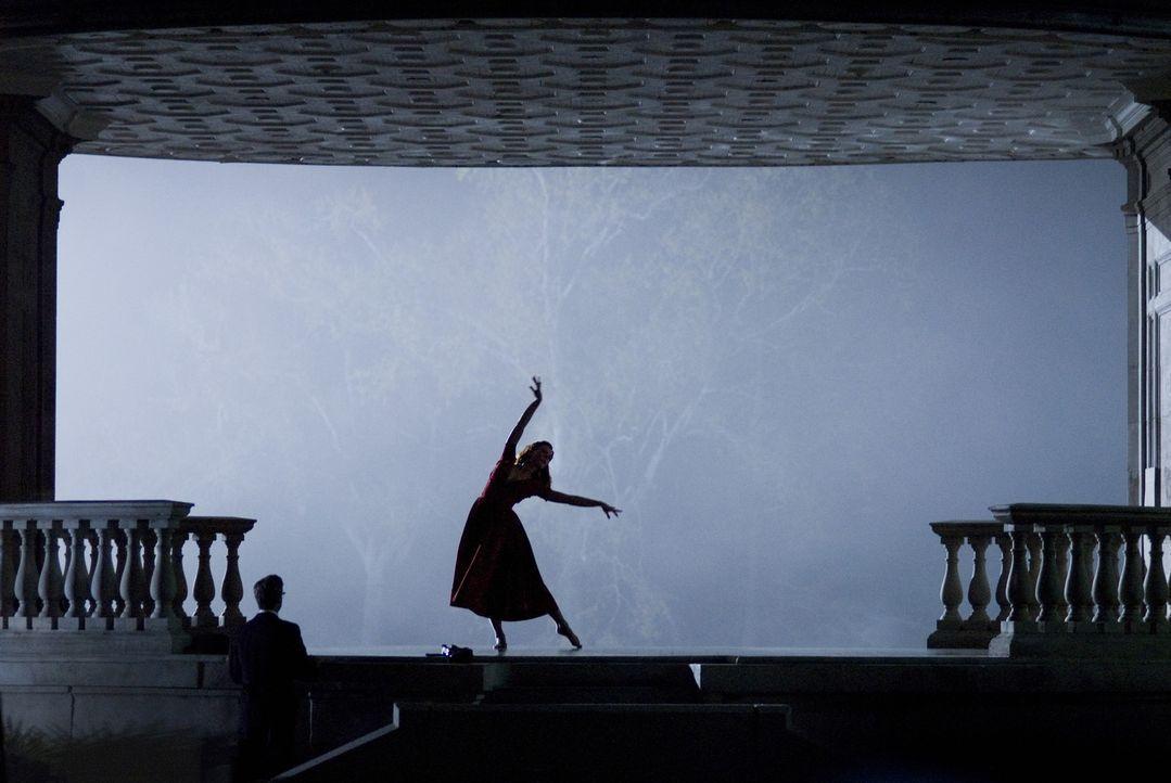 Nach vielen Jahren sucht Benjamin Button (Brad Pitt, l.) Daisy (Cate Blanchett, r.) in New Orleans auf. Als die inzwischen berühmte Balletttänzeri... - Bildquelle: 2009   Warner Brothers