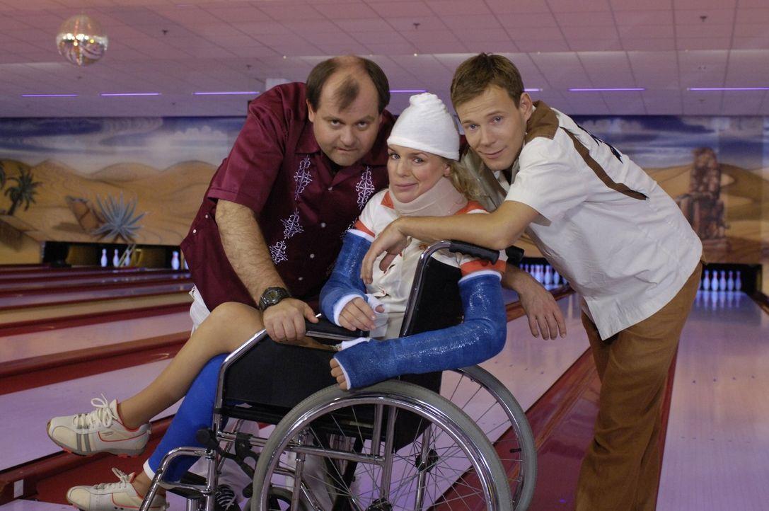 Markus Majowski (l.), Mirja Boes (M.) und Mathias Schlung (r.) beim Bowlen unter erschwerten Bedingungen. - Bildquelle: Ralf Jürgens Sat.1