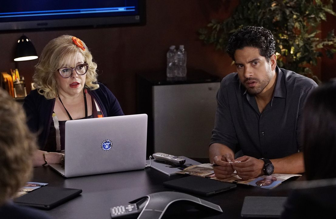 Können Garcia (Kirsten Vangsness, l.) und Luke (Adam Rodriguez, r.) herausfinden, wer der Mann ist, der glaubt, der Bruder von Dr. Tara Lewis zu sei... - Bildquelle: Robert Voets ABC Studios