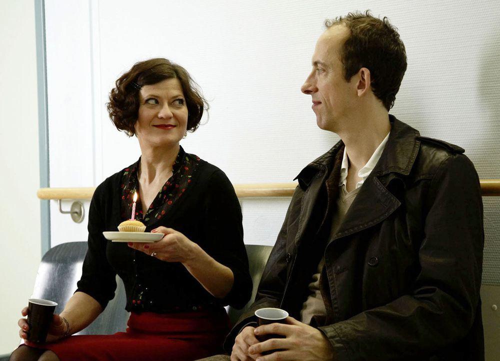 Machen sich Sorgen um Jana, die einen Unfall hatte: Elli (Astrid Meyerfeld, l.) und Karl (Rudolf Krause, r.) ... - Bildquelle: SAT.1