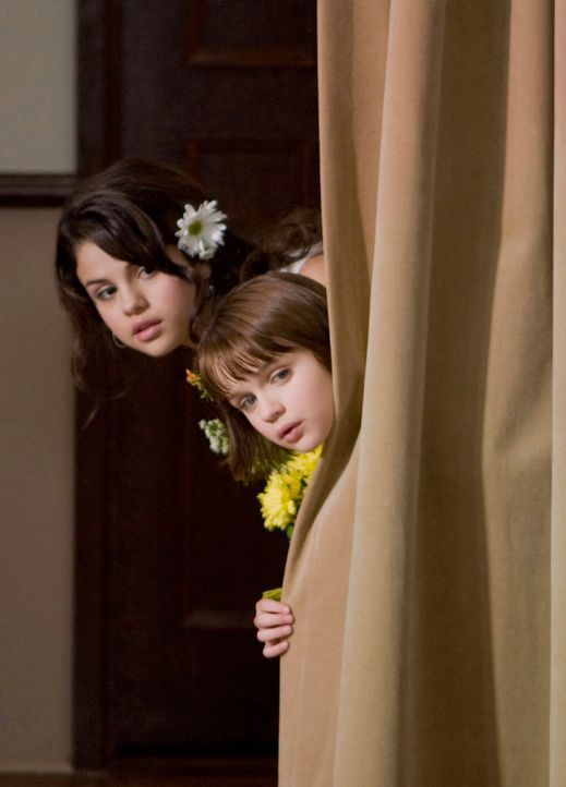 Der Blick in die Zukunft ist für Ramona (Joey King, r.) und ihre Schwester Beezus (Selena Gomez, l.) nicht schön, doch plötzlich ändert sich ein... - Bildquelle: Alan Markfield TM and   2010 Twentieth Century Fox and Walden Media, LLC. All rights reserved. Not for sale or duplication