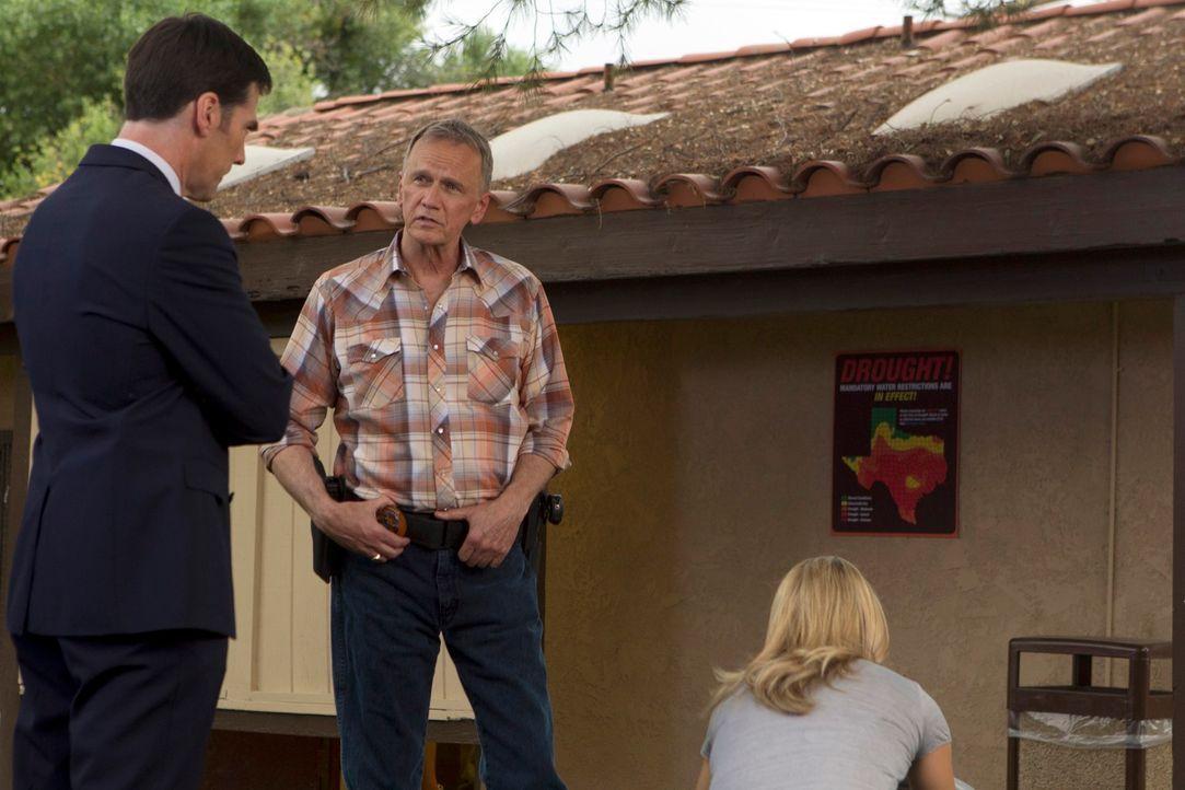 US Marshal John Tilghman (Sam Hennings, M.) ruft das BAU-Team zu Hilfe. J.J. (A. J. Cook, r.) und Hotch (Thomas Gibson, l.) beginnen sofort mit den... - Bildquelle: ABC Studios