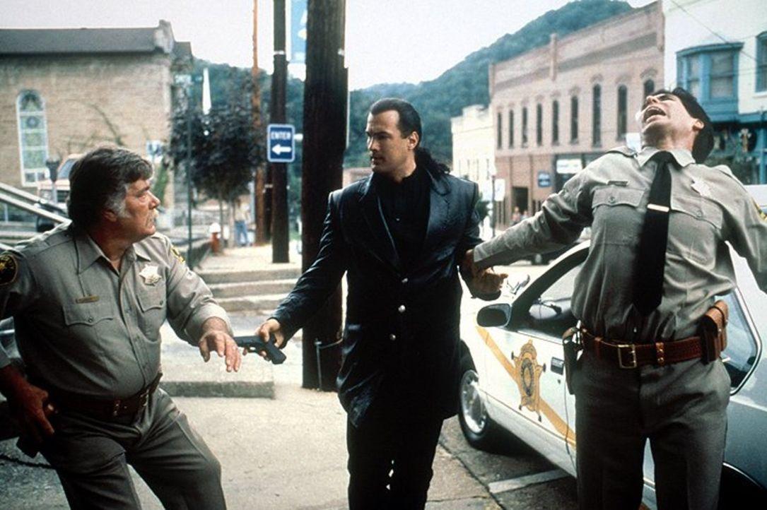 Musste der Bundesmarschall etwa sterben, weil er dem Minentycoon Orin Hanner auf die Spur gekommen war? Die Bewohner schweigen zu dem Vorfall, was s... - Bildquelle: Warner Bros. Entertainment Inc.
