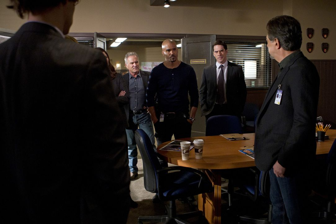 Reid (Matthew Gray Gubler, l.), Morgan (Shemar Moore, M.), Hotch (Thomas Gibson, 2.v.r.) und Rossi (Joe Mantegna, r.) werden nach Rapid City gerufen... - Bildquelle: ABC Studios