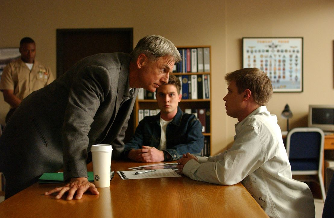 Haben Zolin (Chase Ryan Jeffery, r.) und Frank Smith (Kaj-Erik Eriksen, M.) etwas mit dem Mord an einem Studenten zu tun? Gibbs (Mark Harmon, l.) wi... - Bildquelle: CBS Television