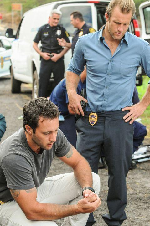 Bei den Ermittlungen in einem neuen Fall, machen Steve (Alex O'Loughlin, l.) und  Danny (Scott Caan, r.) eine erschreckende Entdeckung ... - Bildquelle: 2012 CBS Broadcasting, Inc. All Rights Reserved.