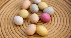 Pastellfarbene Eier sorgen für Frühlingsstimmung im Nest.