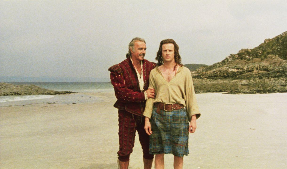 Der spanische Edelmann Juan Sanchez Villa-Lobos Ramirez (Sean Connery, l.) nimmt sich des ahnungslosen Schotten Connor McLeod (Christopher Lambert,... - Bildquelle: 20th Century Fox Film Corporation