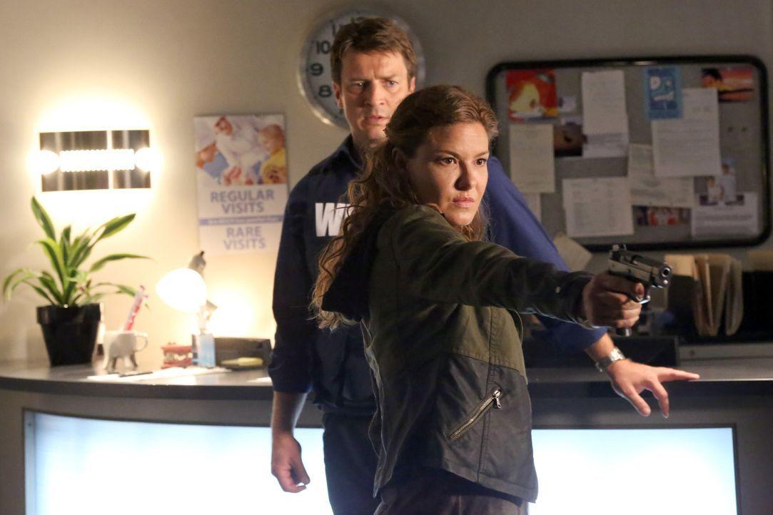Was hat Emma Briggs (Alicia Lagano, r.) vor? Ehe sich Castle (Nathan Fillion, l.) versieht, zückt sie eine Waffe und droht auch, diese einzusetzen .... - Bildquelle: ABC Studios