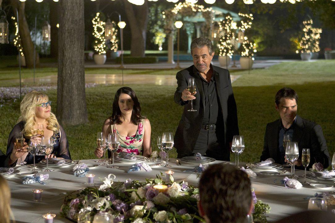 Einen Toast auf das Brautpaar: Penelope (Kirsten Vangsness, l.), Prentiss (Paget Brewster, 2.v.l.), Rossi (Joe Mantegna, 2.v.r.) und Hotch (Thomas G... - Bildquelle: ABC Studios
