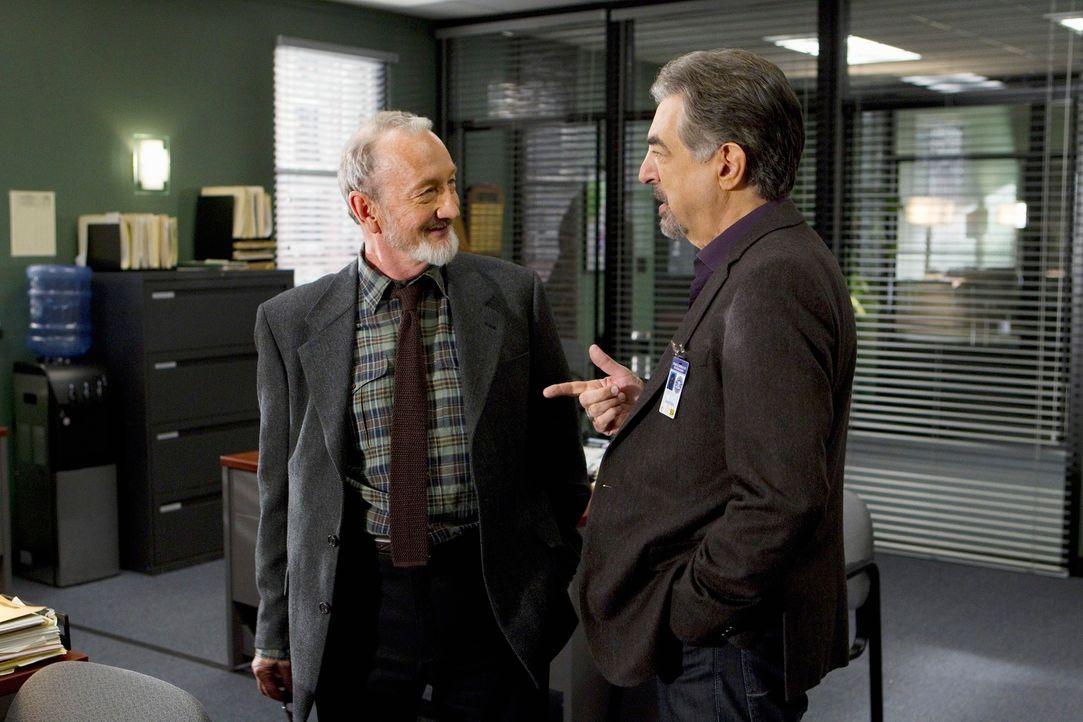 Gemeinsam untersuchen Rossi (Joe Mantegna, r.), Detective Gassner (Robert Englund, l.) und das restliche Team eine Serie ritueller Morde in Oregon ... - Bildquelle: ABC Studios