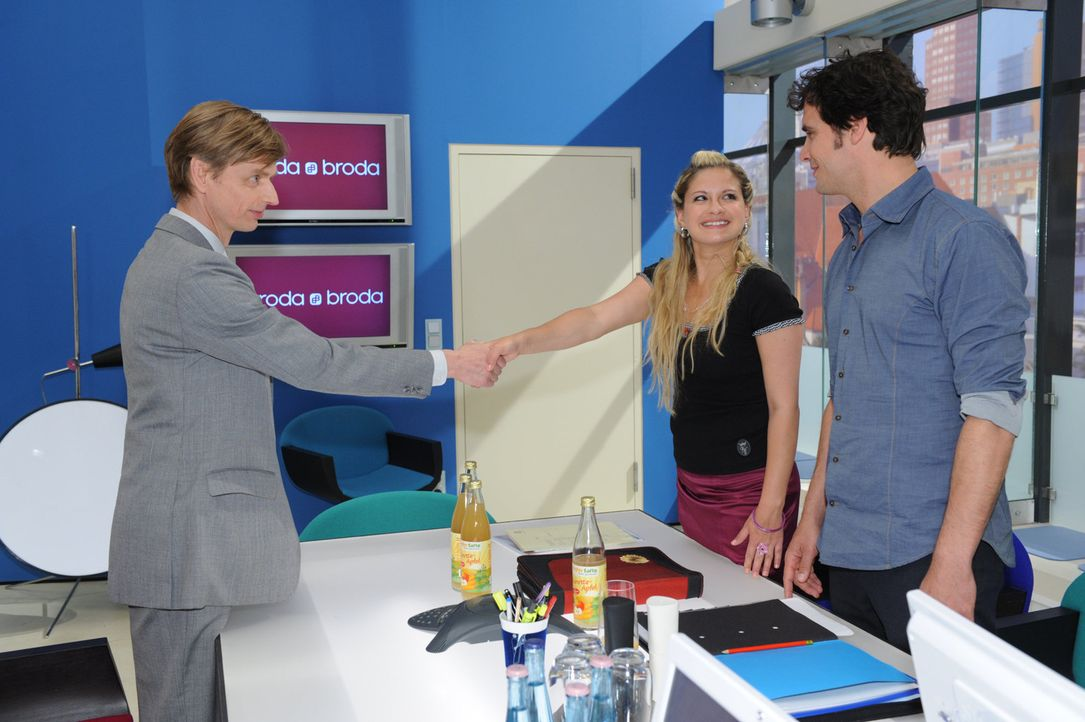 Mia (Josephine Schmidt, M.) gelingt es nicht nur den Kunden (Wolfgang Grindemann, l.), sondern auch Alexander (Paul Grasshoff, r.) zu überzeugen. - Bildquelle: SAT.1