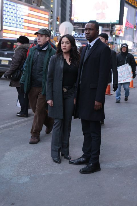 Während Reade (Rob Brown, r.) sich von Sarah trennt, um sie und ihren Sohn zu schützen, spielt Zapata (Audrey Esparza, 2.v.r.) mit einem gefährliche... - Bildquelle: Warner Brothers