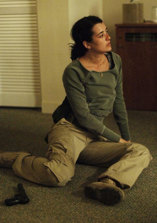 Während sich das Team darauf einstellen muss nun ohne Gibbs zu arbeiten, gerät Ziva (Cote de Pablo) in Schwierigkeiten, als sie einen politisch mo... - Bildquelle: CBS Television