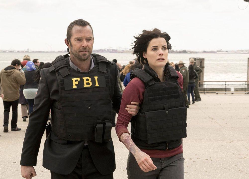 Gemeinsam versuchen sie, den ersten Fall zu lösen: Kurt Weller (Sullivan Stapleton, l.) und Jane Doe (Jaimie Alexander, r.) ... - Bildquelle: Warner Brothers
