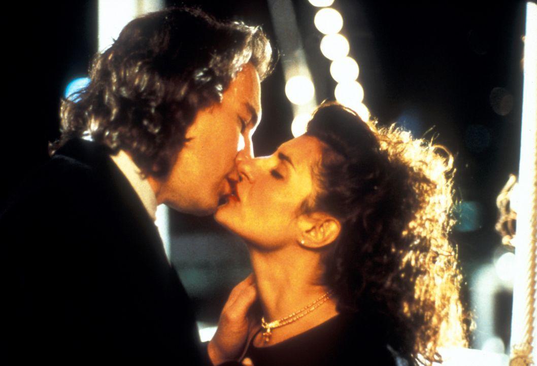 Was ein gutes griechisches Mädchen zu tun hat, wurde Toula (Nia Vardalos, r.) mit dem Ouzo verabreicht: einen griechischen Jungen heiraten, griechi... - Bildquelle: 20th Century Fox of Germany