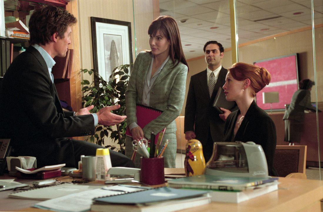 Fünf Jahre lang hat Lucy (Sandra Bullock, M.) ihm die Anzüge gekauft und seine Scheidungen abgewickelt - jetzt wirft sie das Handtuch. George (Hugh... - Bildquelle: Warner Bros.