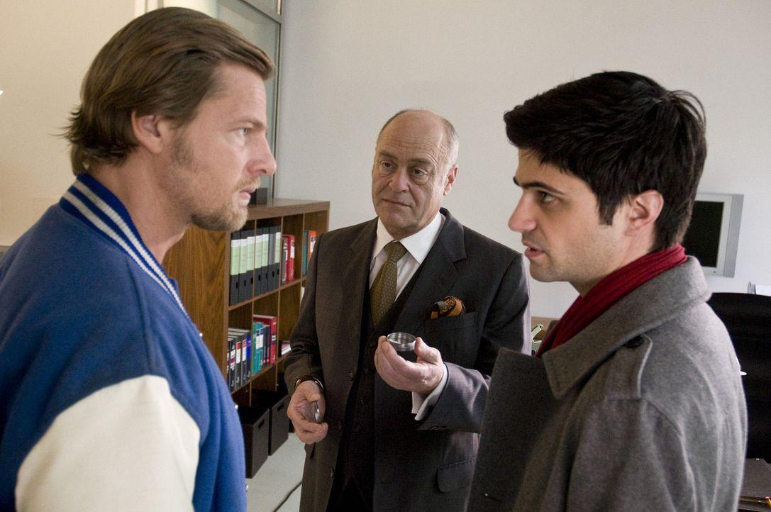 Während sich Mick (Henning Baum, l.) und Andreas (Maximilian Grill, r.) wegen der Sache mit Micks Tochter Isabelle das Leben schwer machen, sorgt A... - Bildquelle: SAT.1