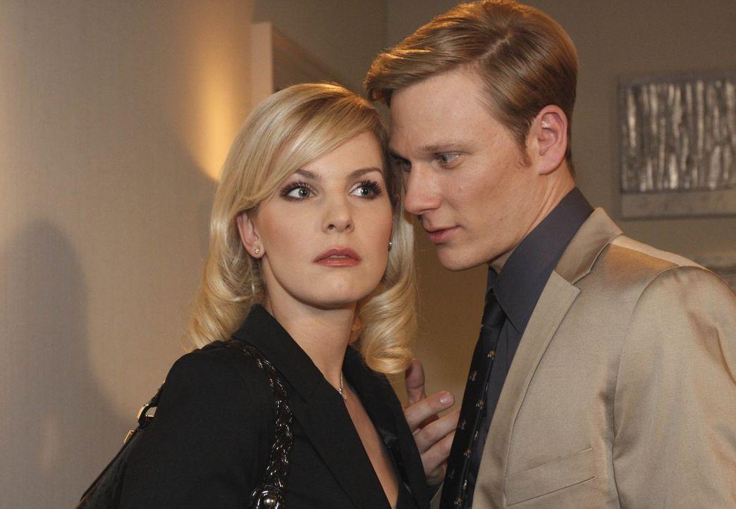 Nachdem ihm Alexandra (Ivonne Schönherr, l.) von ihrer vermeintlichen Affäre mit Philip (Philipp Romann, r.) berichtet hat, fängt Mark langsam an... - Bildquelle: SAT.1