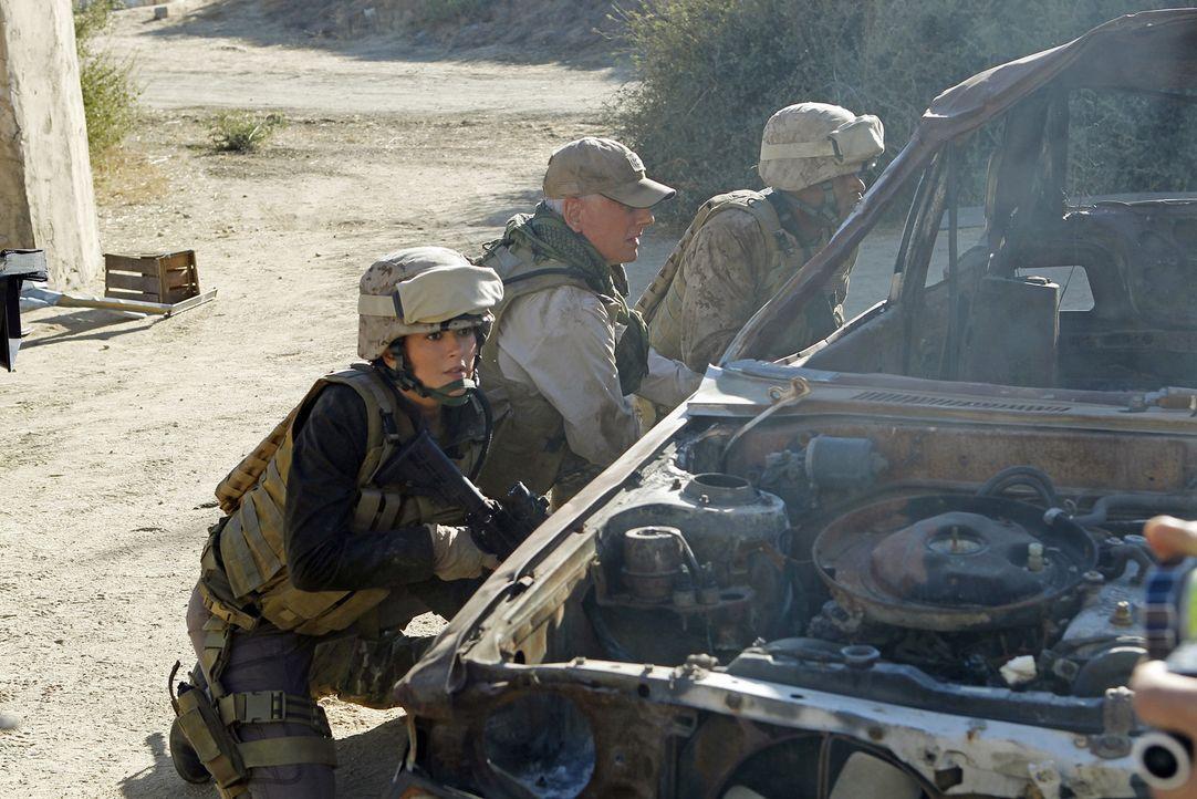 Das NCIS Team sucht noch immer nach der verschwundenen Marinesoldatin Gabriela Flores. Die Ermittlungen führen Gibbs (Mark Harmon, M.) und Ziva (Co... - Bildquelle: CBS Television