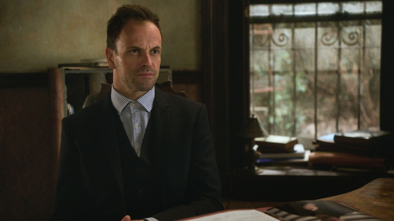 Sherlocks (Jonny Lee Miller) Vater Morland bietet an, als Berater für seinen Sohn zu fungieren. Doch können Holmes und Watson ihm wirklich trauen? - Bildquelle: 2015 CBS Broadcasting Inc. All Rights Reserved.