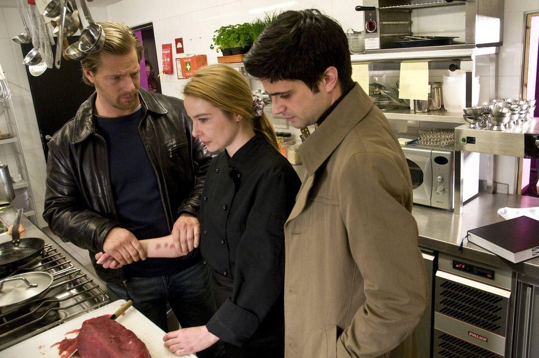Sternekoch Florian Reuter liegt erschlagen im Speisesaal. Während Mick (Henning Baum, l.) und Andreas (Max Grill, r.) die Tatwaffe suchen, zerschne... - Bildquelle: SAT.1