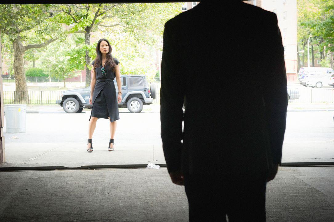 Sherlock (Jonny Lee Miller, vorne) und Watson (Lucy Liu, hinten) unter Druck: Gang-Anführer El Halcoln stellt sie vor ein Ultimatum: Sie haben nur z... - Bildquelle: Jeff Neira 2016 CBS Broadcasting, Inc. All Rights Reserved