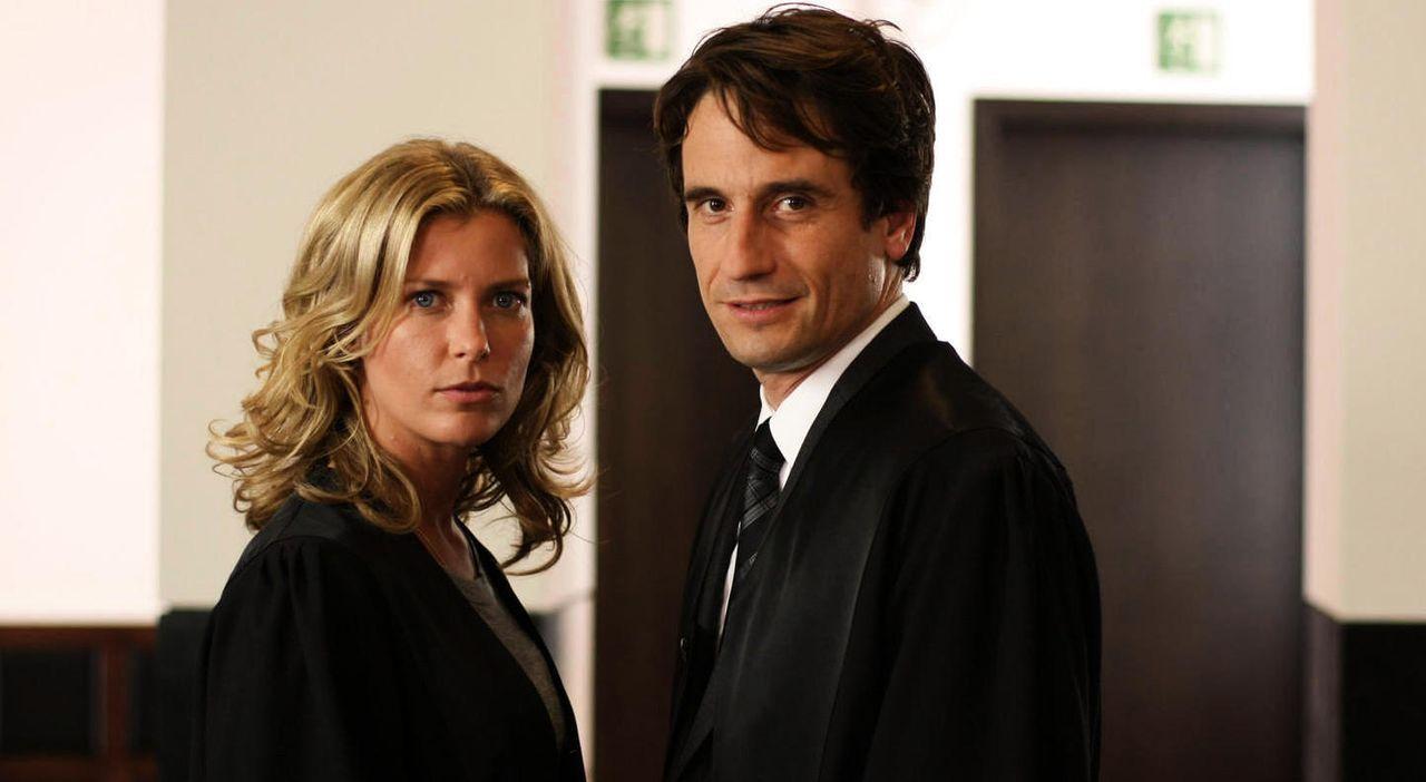 Als Maja (Valerie Niehaus, l.) in einem Scheidungskrieg brisante Informationen kundtut, glaubt Hanno (Oliver Mommsen, r.)... - Bildquelle: SAT.1