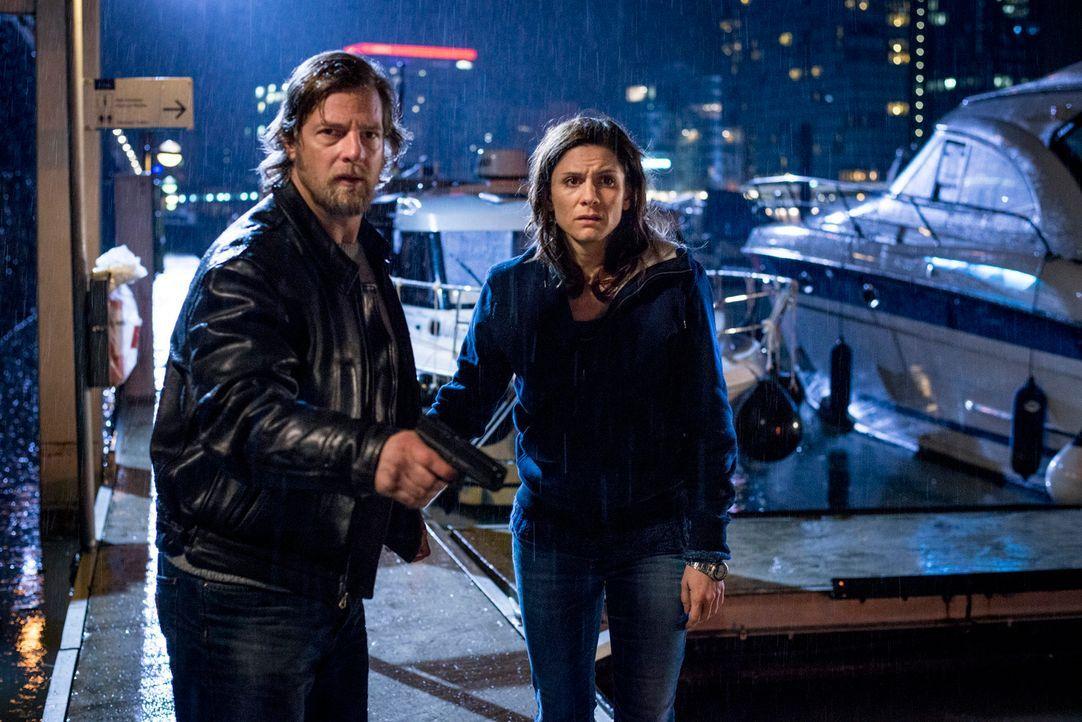 Als es Mick (Henning Baum, l.) gelingt, Astrid (Christina Hecke, r.) aus der Hand Kollers zu befreien, entbrennt zwischen den beiden Ex-Polizisten e... - Bildquelle: Martin Rottenkolber SAT.1
