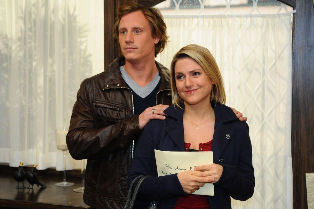 Anna (Jeanette Biedermann, r.) und Tom (Patrick Kalupa, l.) nehmen wehmütig Abschied von ihren Liebsten und machen sich auf den Weg in ihre neue He... - Bildquelle: SAT.1
