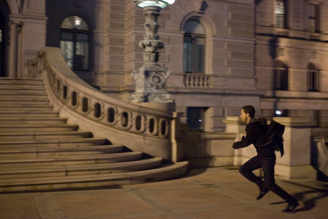 Nach der Beerdigung seines Bruders findet Jerry (Shia LaBeouf) plötzlich nicht nur einen Haufen Geld auf seinem Konto, sondern auch noch diverse Waf... - Bildquelle: Paramount Pictures International