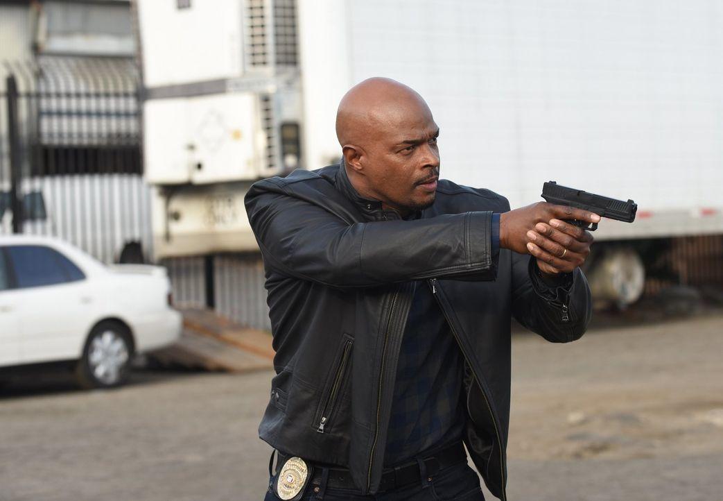 Als Murtaugh (Damon Wayans) auf das Fluchtauto der Räuber stößt, sieht er sich kurz vor der Festnahme der Täter, doch die Verfolgung läuft anders al... - Bildquelle: Warner Brothers