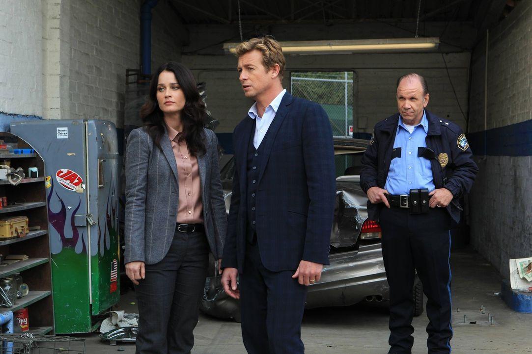 Ermitteln in einem neuen Mordfall: Patrick (Simon Baker, M.) und Teresa (Robin Tunney, l.) ... - Bildquelle: Warner Bros. Television