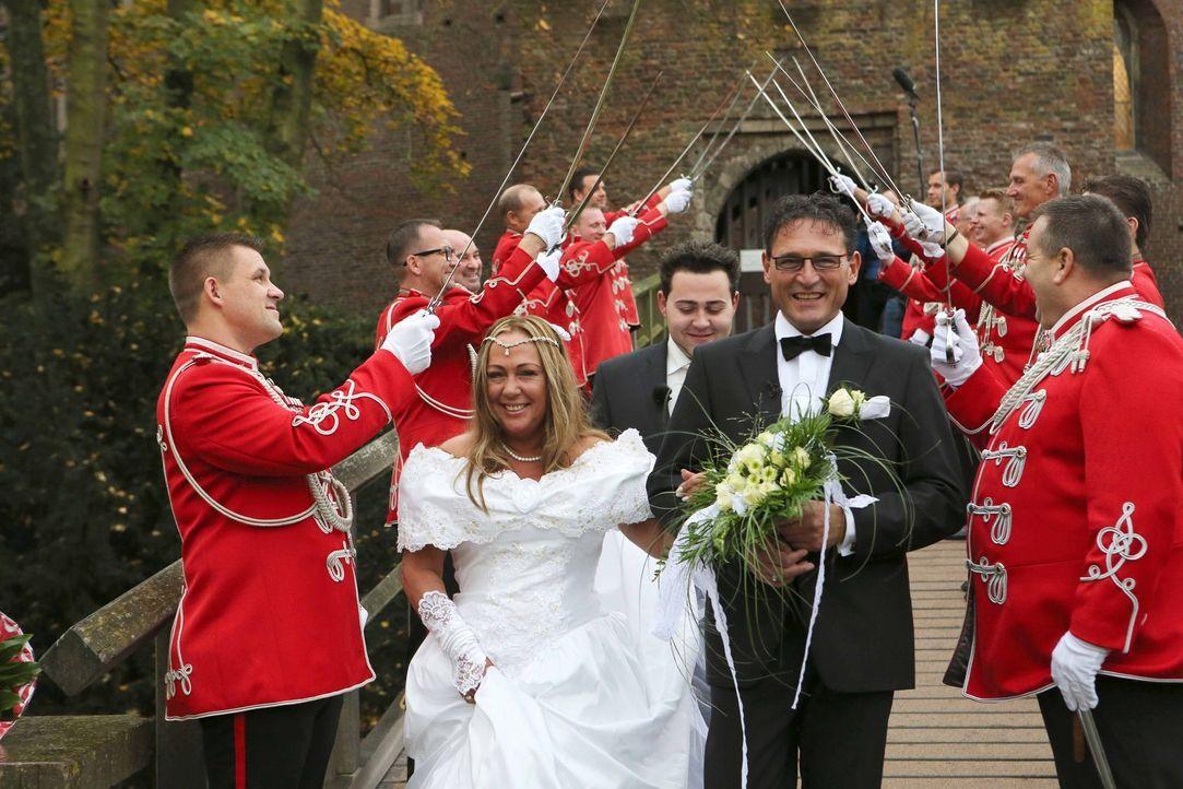 Genau wie früher: Kann Frank (Mitte r.) Kröger seiner Frau Tanja (Mitte l.) wirklich eine Hochzeit bieten, wie sie sie bereits vor Jahren erlebt hab... - Bildquelle: SAT.1