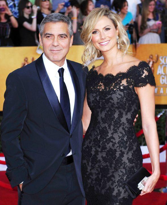 Schauspieler George Clooney mit seiner Freundin Stacy Keibler bei den Screen Actors Guild Awards (SAG)  - Bildquelle: Apega/WENN.com