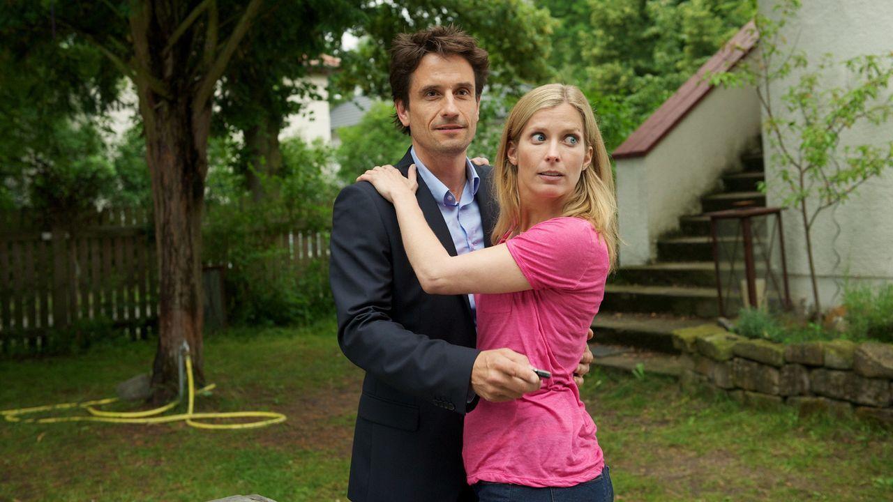 Jan (Oliver Mommsen, l.) kann sich das seltsame Verhalten seiner Frau nicht erklären, schiebt es zunächst auf ihre Überarbeitung. Doch nachdem si... - Bildquelle: Marc Meyerbroeker SAT.1