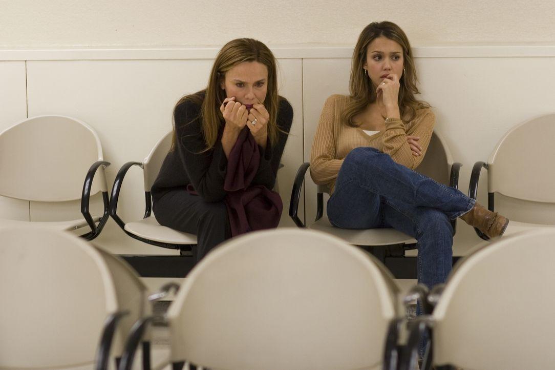 Zwei Frauen, Sam (Jessica Alba, r.) und Lilith (Lena Olin, l.), die vorgeben Clay zu lieben. Doch eine lügt! - Bildquelle: The Weinstein Company