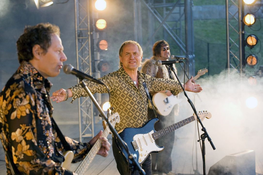 Ein Traum wird wahr: Carlo (Uwe Ochsenknecht, M.) steht mit seinen alten Bandmitgliedern auf der Bühne. - Bildquelle: Sat.1