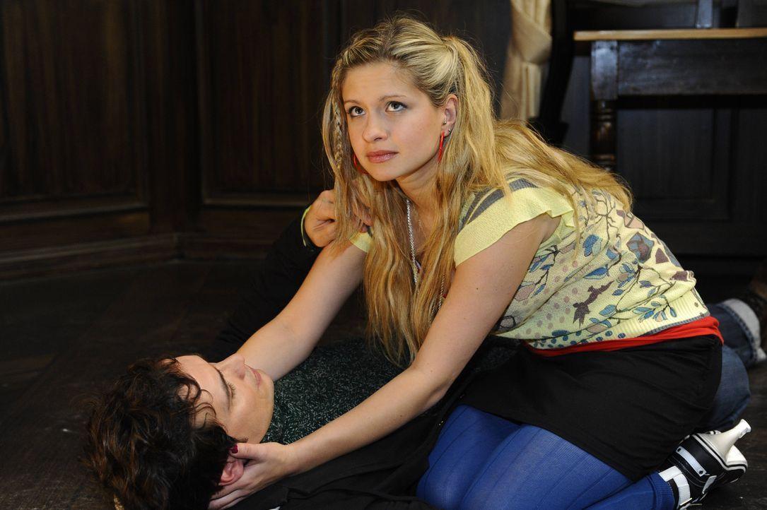 Nach ihrem Attentat, macht sich Mia (Josephine Schmidt, r.) große Sorgen um Alexander (Paul Grasshoff, l.). Doch wird er ihr verzeihen? - Bildquelle: SAT.1