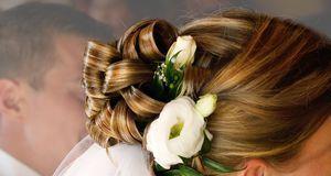Romantisch und natürlich: Blumen im Haar lockern die Brautfrisur auf.
