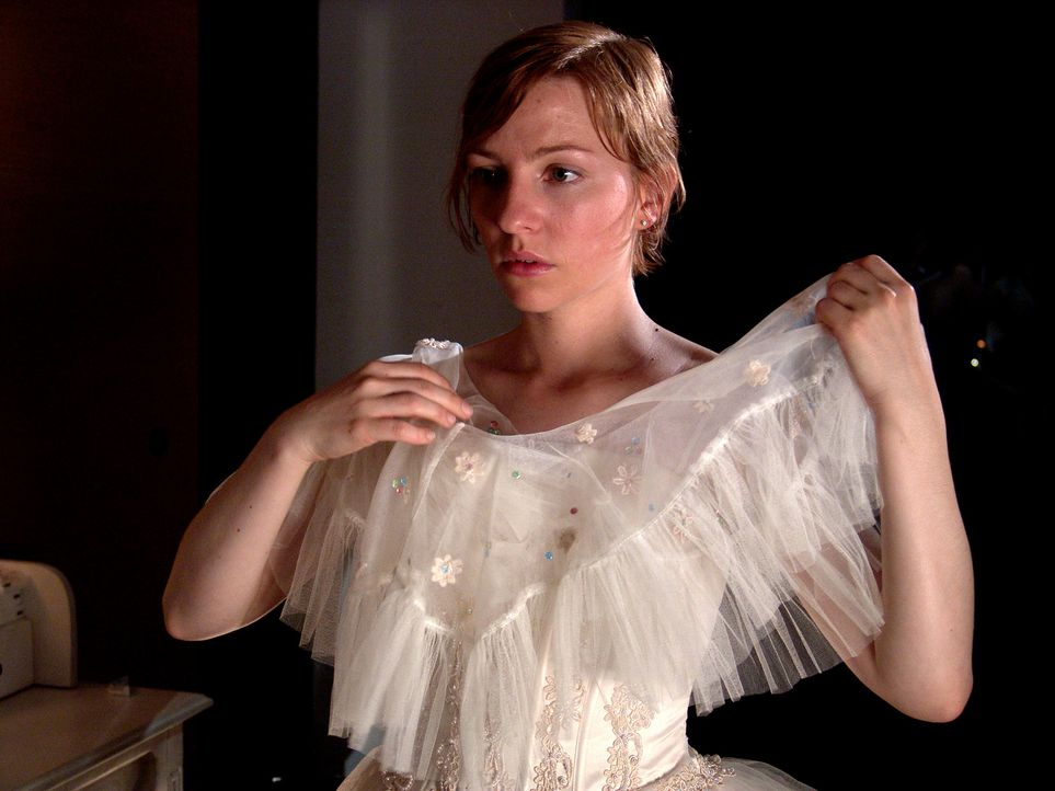 """Obwohl Rebecca (Katharina Schüttler) bereits ein traumhaft schönes Brautkleid besitzt, ist sie bereit, zur Hochzeit Gerlindes """"altes"""" Brautkleid zu... - Bildquelle: Volker Roloff ProSieben"""