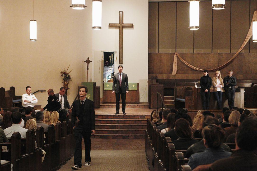 Bei den Ermittlungen in einem neuen Fall: Reid (Matthew Gray Gubler, stehend 3.v.l.), Hotch (Thomas Gibson, stehend M.), Prentiss (Paget Brewster, s... - Bildquelle: ABC Studios