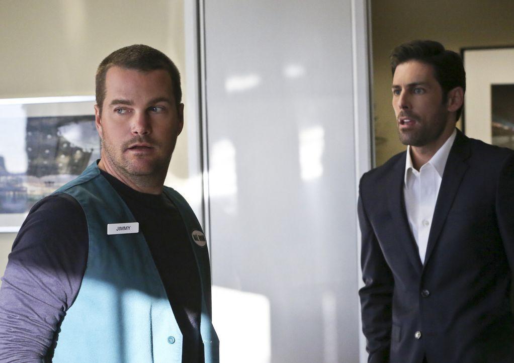 Bei undercover Ermittlungen gerät Callen (Chris O'Donnell, l.) mit Tom Blanchard (Jordan Belfi, r.) und einigen anderen in eine Geiselnahme. Nun lie... - Bildquelle: CBS Studios Inc. All Rights Reserved.