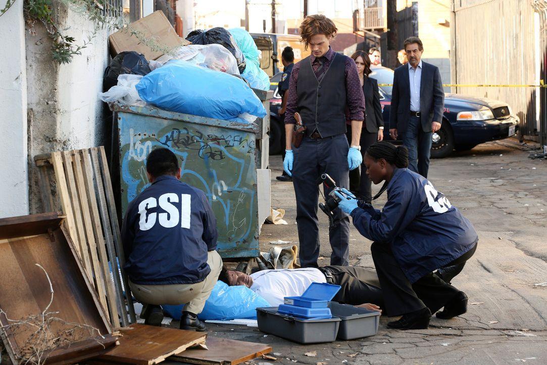 Als in Atlanta eine Leiche gefunden wird, die mit Kratzern übersät ist, sucht Reid (Matthew Gray Gubler, vorne stehend) am Tatort nach Hinweisen, di... - Bildquelle: Michael Yarish ABC Studios