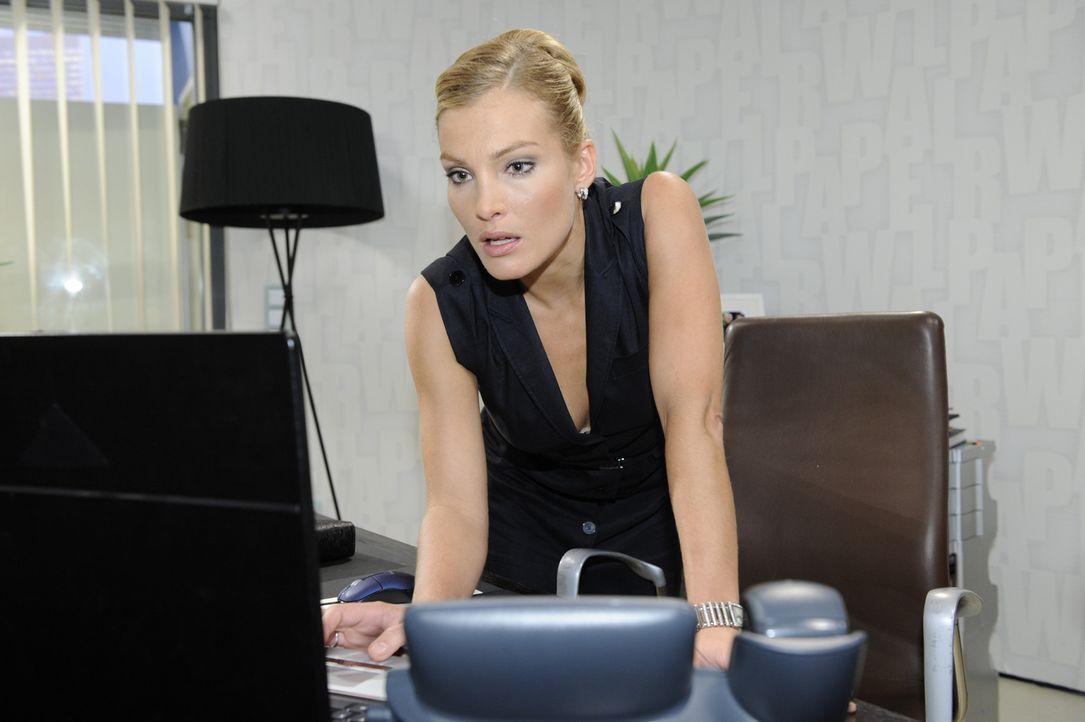 Annett (Tanja Wenzel) macht eine schreckliche Entdeckung ... - Bildquelle: Sat.1