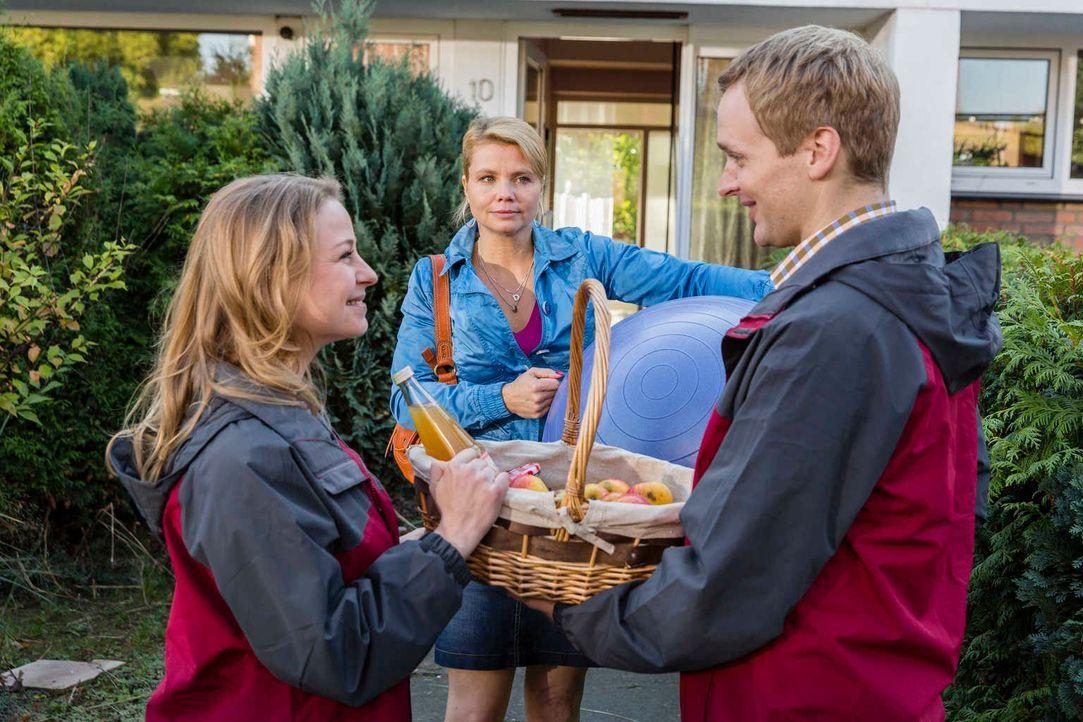 Danni (Annette Frier, M.) zieht mit Kurt und Bea in ein Reihenhaus mit Garten. Idylle pur! Wenn da nicht die Nachbarn Tanja (Theresa Scholz, l.) und... - Bildquelle: Frank Dicks SAT. 1