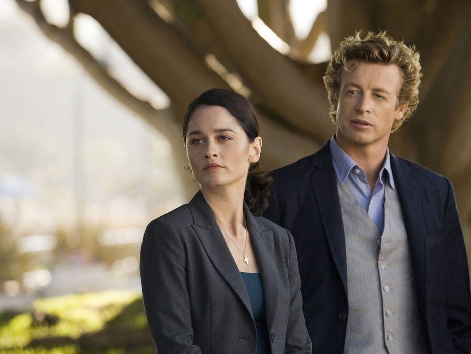 Ein neuer Mordfall beschäftigt Teresa Lisbon (Robin Tunney, l.) und Patrick Jane (Simon Baker, r.) ... - Bildquelle: Warner Bros. Television